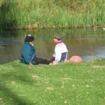 Plausch am Fluss, Peguche