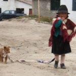 Dorfbewohner Quilotoa- Mädchen mit Hund